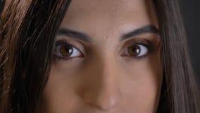 Occhio-ritratto del primo piano di giovane ragazza dai capelli lunghi sveglia in camicia plaided che guarda attentamente e felice immagini stock