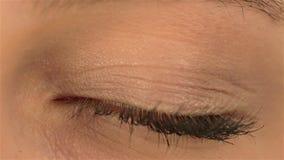 Occhio umano di lampeggiamento stock footage