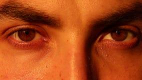Occhio umano Pelle regolare 2 in 1 Primo piano di un lampeggiamento colorato dell'occhio Ogni video è loopable archivi video