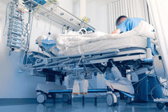 Occupandosi di un paziente all'ospedale Fotografia Stock Libera da Diritti
