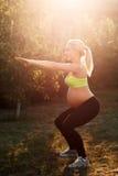 Occupare all'aperto, luce della donna incinta di alba Immagini Stock Libere da Diritti
