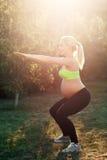 Occupare all'aperto, luce della donna incinta di alba Fotografia Stock Libera da Diritti