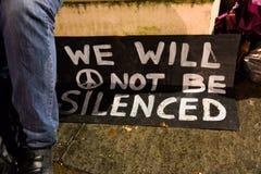 Occupez la démocratie ne sera pas retour silencieux à la place du Parlement images stock