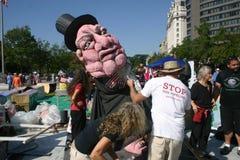 Occupez les activistes de C.C préparent la marionnette géante Photographie stock libre de droits