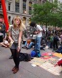 Occupi la ragazza del Wall Street Tamborine Fotografia Stock Libera da Diritti