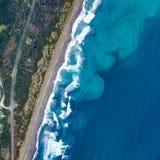 Ocea vågor skapar modeller i den frånlands- sanden fotografering för bildbyråer