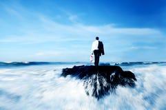 Oceaan de Reddingsboeiconcept van de bedrijfsmensen Bevindend Rots Stock Afbeelding