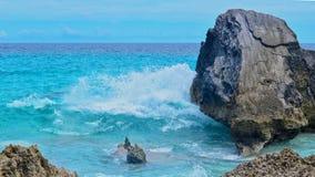 Oceaan die in rotsen verpletteren Royalty-vrije Stock Afbeelding