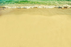 oceaan duidelijke golf en geel strand stock afbeelding