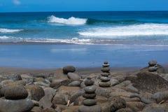 Oceaan en Gestapelde Stenen Stock Foto's