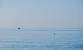 Oceaan en hemel met boot en vogel royalty-vrije stock afbeelding