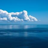 Oceaan en perfecte hemel stock foto's