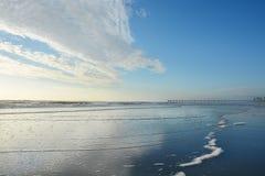 Oceaan en pijlermening op een zonnige ochtend Stock Foto