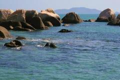 Oceaan en rots in sanya Stock Afbeelding