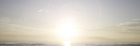 Oceaan en Zonachtergrond Stock Afbeelding