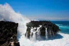 Oceaan golven die tegen klip verpletteren Royalty-vrije Stock Foto's