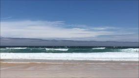 Oceaan golven en strandlandschap stock footage