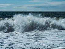 Oceaan golven ijsland royalty-vrije stock afbeeldingen