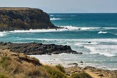 Oceaan golvenbroodjes op het rotsachtige strand stock afbeeldingen
