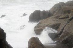 Oceaan golvenonderbreking over rotsen Royalty-vrije Stock Foto's