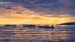 Oceaan kust bewolkte kleurrijke zonsondergang met vissersboten Stock Afbeelding
