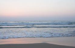 Oceaan kust met zandig strand royalty-vrije stock afbeeldingen