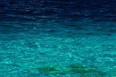 Oceaan mening van vreedzaam blauw water naast een strand Royalty-vrije Stock Foto's