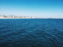 Oceaan met blauwe hemel stock fotografie