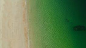 Oceaan met golven en geel strand
