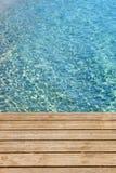 Oceaan met houten overzeese van het promenadedek blauwe exemplaar ruimteverticaal Stock Foto's
