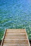 Oceaan met houten pierverticaal Stock Fotografie