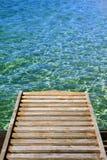 Oceaan met houten pierverticaal Stock Foto