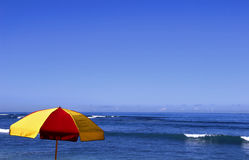 Oceaan met Paraplu royalty-vrije stock afbeelding