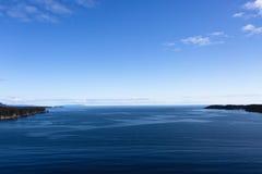 Oceaan over Land wordt omzoomd dat Royalty-vrije Stock Afbeelding