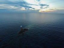 Oceaan overzeese zonsondergangmening en vuurtoren Golf van het overzees van Thailand, Thailand Royalty-vrije Stock Foto