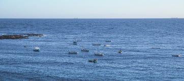 Oceaan in Salvador, Brazilië en wat boten visserij royalty-vrije stock fotografie