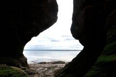 Oceaan tussen Rotsen Hopewell Royalty-vrije Stock Foto's