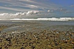 Oceaan, Wolken, Rotsen, en Getijde Royalty-vrije Stock Foto