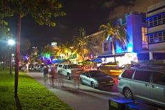 Oceaanaandrijving in het Strand van Miami bij nacht Stock Afbeeldingen