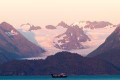Oceaanboot en Sneeuwbergen op Zonsondergang Royalty-vrije Stock Afbeelding