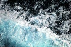 Oceaandiegolven uit een boot worden genomen Stock Foto's