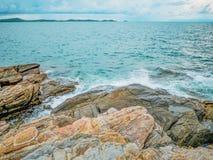 Oceaangolf die op Rotsachtig in de Blauwe oceaan verpletteren stock afbeeldingen