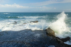 Oceaangolf die op rotsen verpletteren Royalty-vrije Stock Afbeeldingen