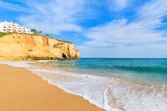 Oceaangolf op zandig strand in Carvoeiro-stad Stock Foto