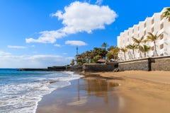 Oceaangolf van zandig tropisch strand Royalty-vrije Stock Foto's