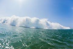 Oceaangolf Zwemmende Exploderende Stroomversnelling Royalty-vrije Stock Afbeeldingen