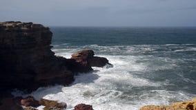 Oceaangolven dichtbij de westkust van Portugal stock footage