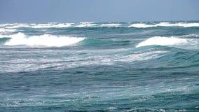 Oceaangolven dichtbij kust stock video