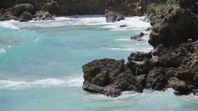 Oceaangolven die kustlijn verpletteren stock videobeelden