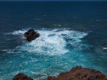 Oceaangolven die op de rotsachtige kust van verharde lava breken Branding op het water rond de steen Lanzarote royalty-vrije stock foto